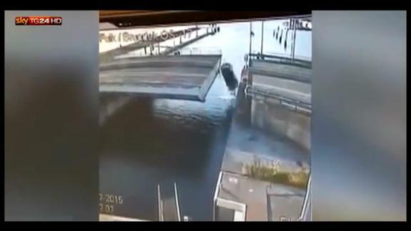Olanda, automobilista cade da un ponte mobile