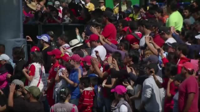 Ferrari, una giornata in Messico: la Rossa si esibisce