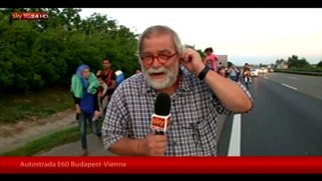 Ungheria, migliaia di migranti in marcia verso l'Austria