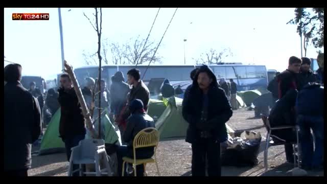 Migliaia di profughi lungo il confine greco-macedone