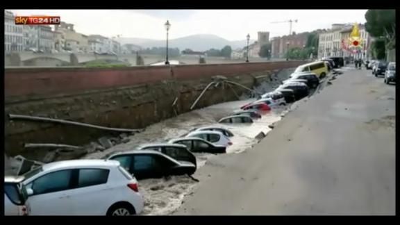 Voragine Firenze, in corso verifiche per stabilire le cause