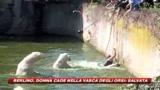 Finisce nella vasca degli orsi: la salvano
