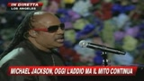Stevie Wonder canta per l'addio a Michael Jackson