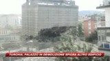 Turchia, edificio in demolizione si capovolge: il video