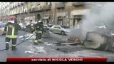 Napoli, disoccupati incendiano cassonetti