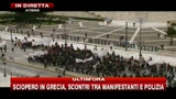 2 - Sciopero in Grecia, scontri tra manifestanti e polizia