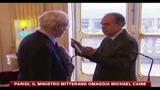Parigi, il ministro Mitterand omaggia Michael Caine