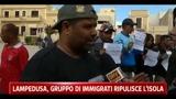 29/03/2011 - Lampedusa, gruppo immigrati ripulisce l'isola