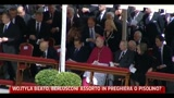 01/05/2011 - Wojtyla Beato, Berlusconi in preghiera o pisolino?