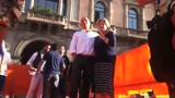 Milano, Susanna Camusso canta in Piazza Duomo
