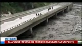 Alluvione in Cina, 80 persone bloccate su un ponte