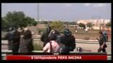 Bari, violenti scontri tra forze dell' ordine e migranti
