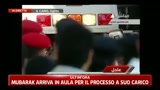 Mubarak arriva in aula per il processo a suo carico