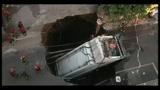 Napoli, camion rifiuti in una voragine, un morto e due feriti