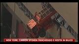 New York, camion sfonda parcheggio e resta in bilico