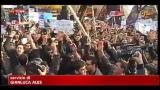 Iran, a fuoco bandiere e documenti ambasciata GB