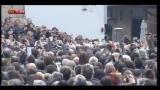 Lucio Dalla, il feretro in Piazza Maggiore tra gli applausi