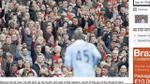 I tifosi dell'Arsenal mostrano il rosso a Balotelli