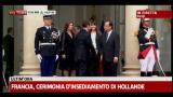 15/05/2012 - Francia, insediamento Hollande: stretta di mano con Sarkozy