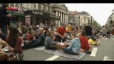 Lost &amp; found - Bruxelles, stop alle auto: pic-nic in strada