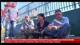 Alcoa, sindaci e famiglie incatenati di fronte a fabbrica