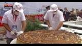 22/09/2012 - Lost & Found: Cina, la mega torta e il robot taglia noodles
