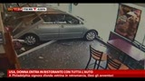 USA, donna entra in un ristorante con tutta l'auto