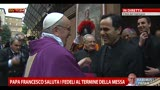 Papa Francesco saluta i fedeli al termine della messa