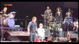 Australia, Bruce Springsteen canta con un giovanissimo fan