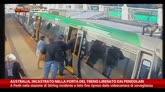 06/08/2014 - Perth, incastrato in porta del treno liberato da pendolari