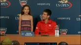 31/08/2014 - US Open, Djokovic parla... lei canta per i giornalisti