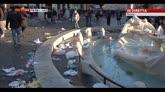 Roma, dopo gli scontri piazza di Spagna sembra pattumiera
