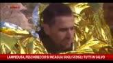22/02/2015 - Lampedusa, peschereccio si incaglia su scogli: tutti salvi