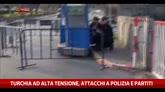 Turchia ad alta tensione, attacchi a polizia e partiti