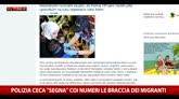 """Repubblica Ceca, polizia """"marchia"""" i migranti sulle braccia"""