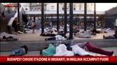 Migranti, in migliaia accampati fuori stazione Budapest