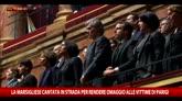 La Marsigliese cantata in strada in omaggio alle vittime