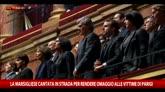La marsigliese cantata in strada per le vittime di Parigi