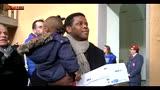 Doni ai bimbi dei migranti, la solidarietà di Napoli