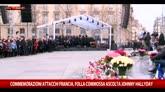 Parigi ricorda le sue vittime, Hallyday canta e commuove