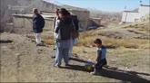 31/01/2016 - Murtaza, piccolo afgano con la maglia di plastica di Messi