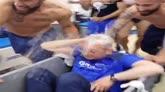 01/05/2016 - Massaggiatore nel carrello, così festeggia l'Empoli