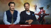 Depp e il regista James Bobin, dietro lo specchio
