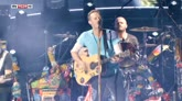 "20/07/2016 - Coldplay e Michael J. Fox suonano insieme ""Johnny B. Goode"""