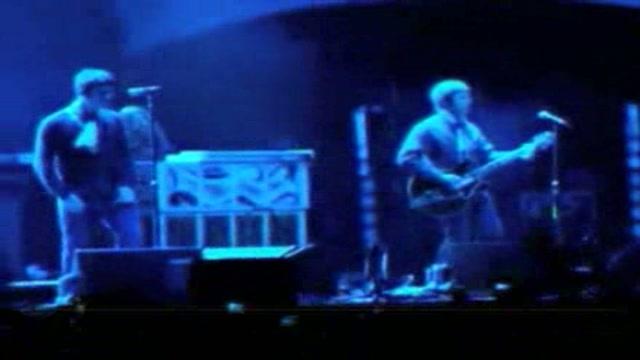 Aggredito sul palco il chitarrista degli Oasis