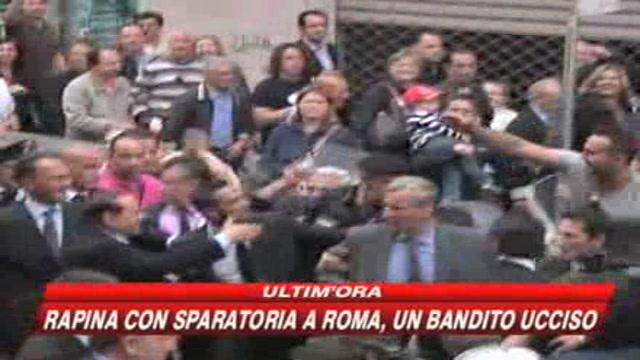 Foto scomode e voli di Stato, Berlusconi sotto assedio