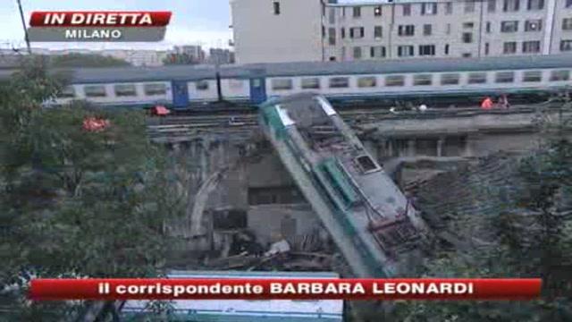 Milano, deraglia treno: due carrozze in un cortile