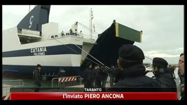 Taranto, arrivati 800 immigrati da Lampedusa