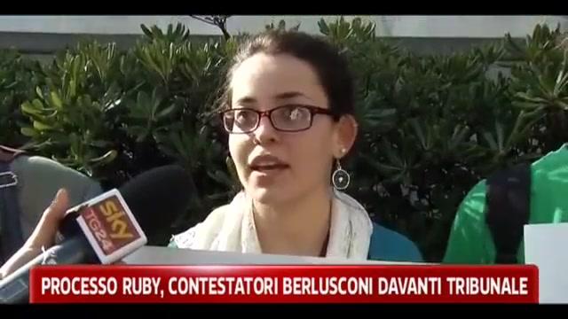 Processo Ruby, contestatori Berlusconi davanti tribunale