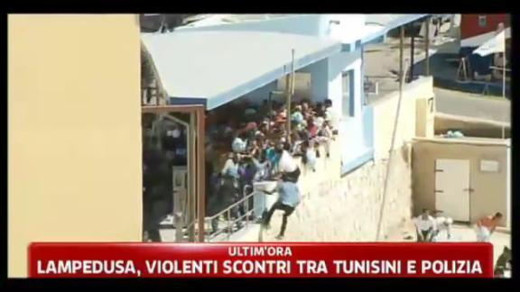 Lampedusa, violenti scontri tra tunisini e polizia